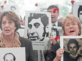 Bachelet (à dir.) e a mãe foram presas durante a ditadura no Chile
