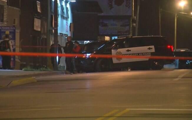 Quatro pessoas morreram após homem abrir fogo dentro de bar em Kansas, nos Estados Unidos
