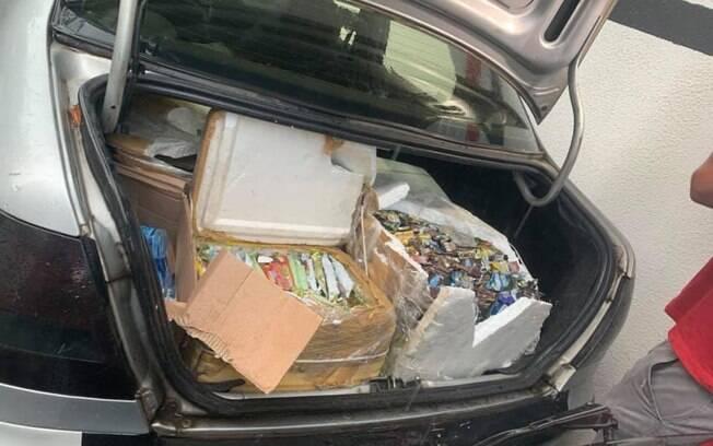 Fotografia da mala do carro das vítimas mostra o sorvete que sobrou do dia de vendas