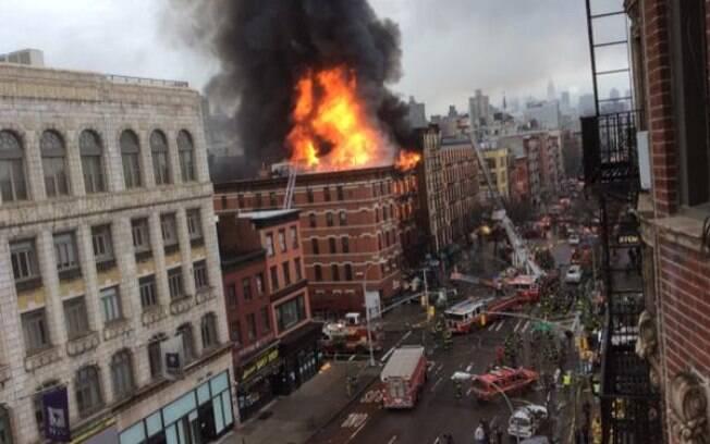 Vizinhos estão em pânico e compartilham nas redes sociais várias fotos do edifício em chamas