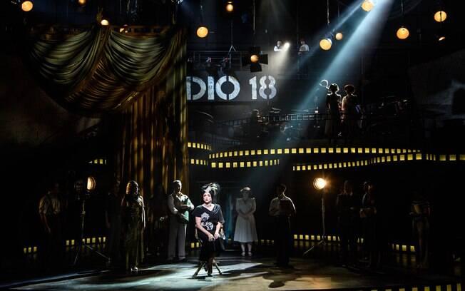 O musical conta a história de Norma Desmond, uma atriz que fez sucesso no cinema mudo