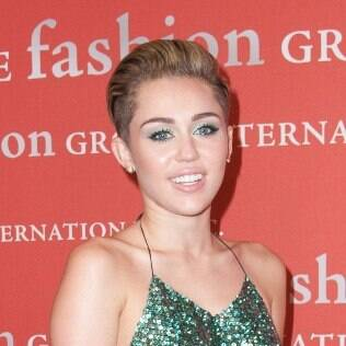 Miley Cyrus alonga o rosto redondo com topetes ou moicanos - adote a ideia