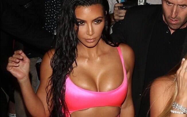 Kim caprichou no decote provocativo e no look ousadíssimo para aproveitar o aniversário de sua irmã caçula Kylie Jenner