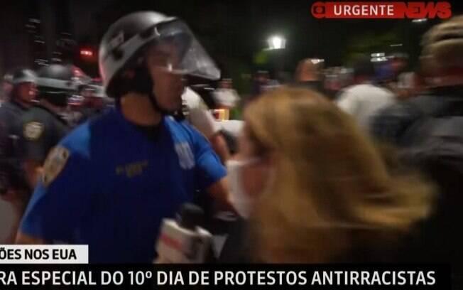 A repórter Carolina Cimenti do empurrada por um policial em meio aos protestos nos EUA