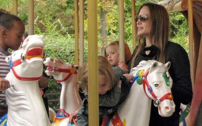 Angelina Jolie com os gêmeos os gêmeos Knox e Vivienne e Zahara
