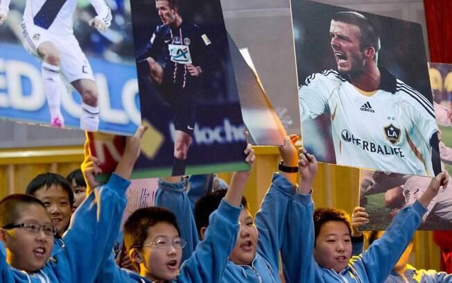 Jovens e crianças levaram cartaz ao astro  inglês para apresentação na China
