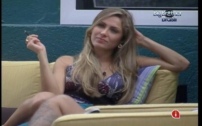 Renata fuma um cigarro na varanda