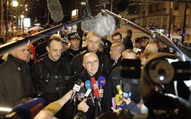 Bernard Cazeneuve conversa com jornalistas após ataques desta sexta, na cidade de Paris