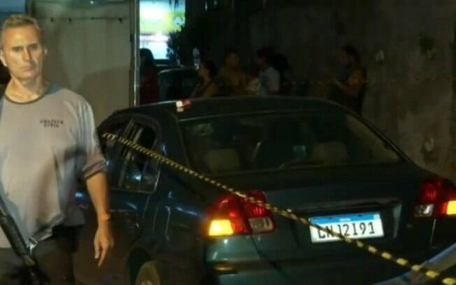 Carro onde Videon dos Santos morreu após golpes com uma chave de fenda, na Ilha do Governador