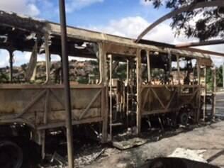 Ônibus ficou completamente carbonizado depois de ser incendiado por quatro suspeitos