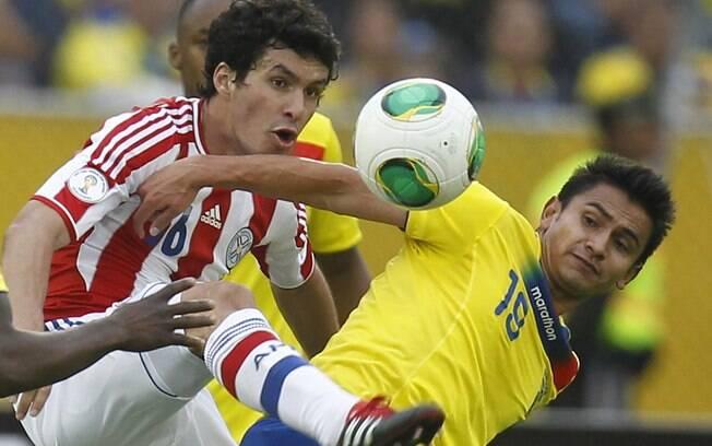 Cristian Riveros e Fernando Saritama em lance  de Equador 4 x 1 Paraguai