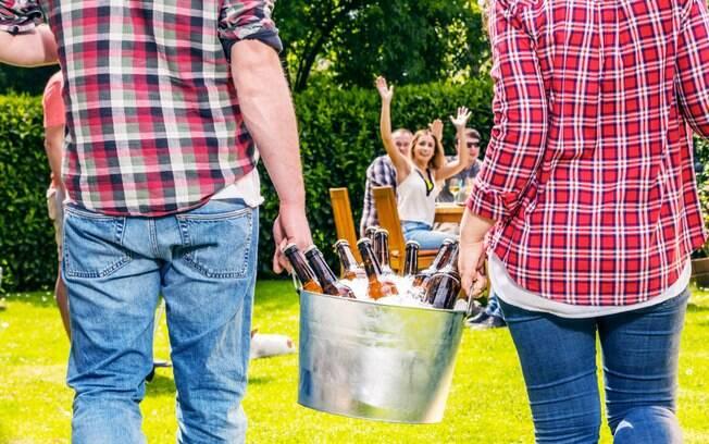 duas pessoas segurando balde de cerveja