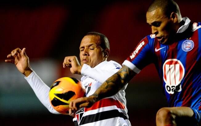 Luis Fabiano disputa lance em jogo contra o  Bahia