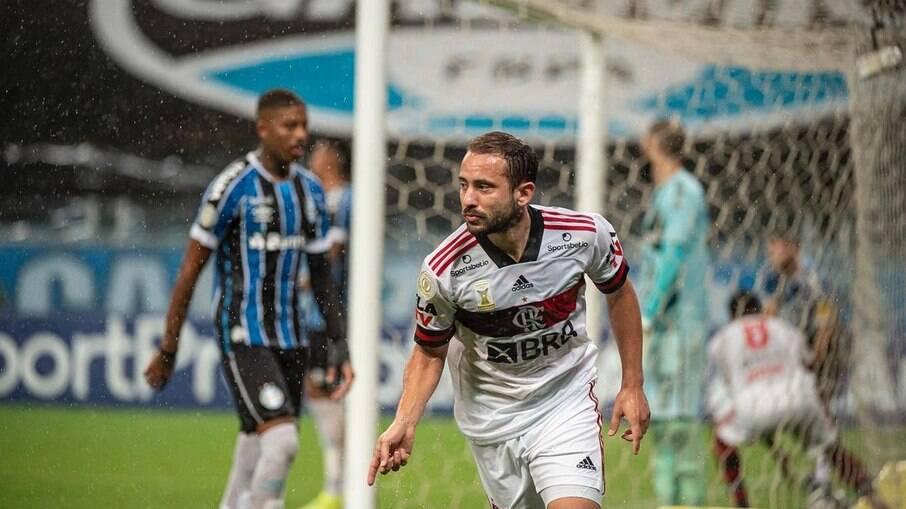 Flamengo vence o Grêmio e segue na briga pelo título brasileiro