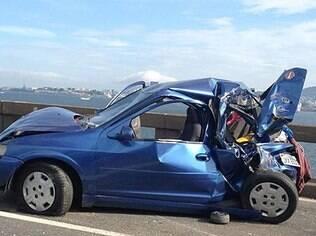 Foto de internauta. Carro ficou destruído na Ponte