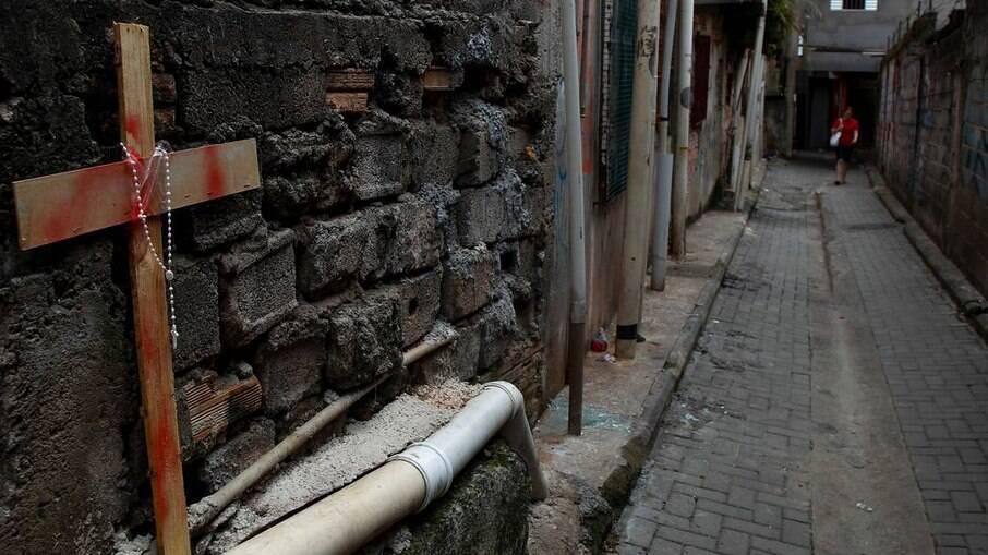 No dia seguinte à morte dos jovens, moradores de Paraisópolis fizeram homenagem às vítimas em viela do bairro
