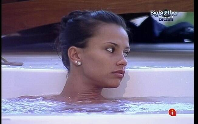 Kelly relaxa no ofurô