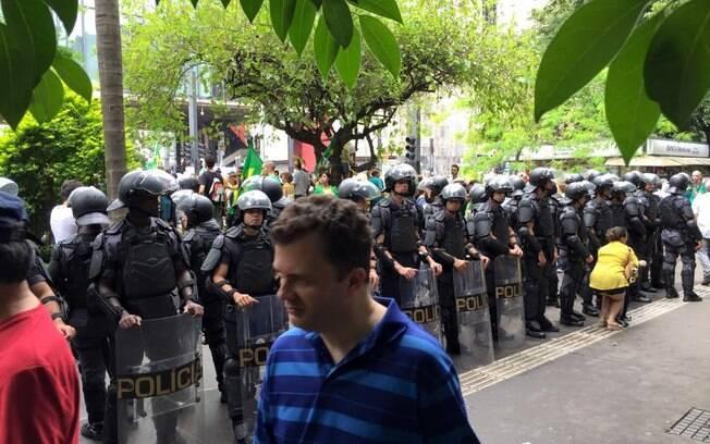 Polícia faz cordão de isolamento durante protestos na Avenida Paulista, em São Paulo. Foto: Ricardo Chiste