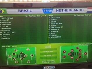 Telas de auxílio nas bancadas dos jornalistas informava mudanças no time titular do Brasil contra a Holanda