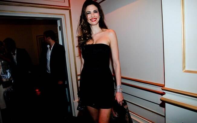 Luciana Gimenez e seu modelito míni: corpo de top model