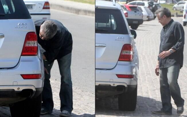 Marcos Paulo para no acostamento para olhar seu carro