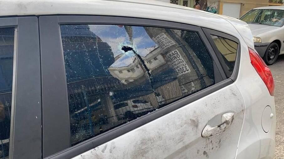 Marca de tiro em um dos vidros do carro onde PM estava quando foi morto