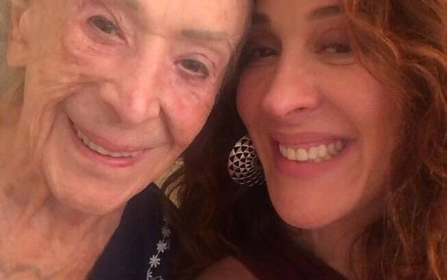 Foto de Claudia Raia com a mãe bomba e recebe comentários em suas redes sociais