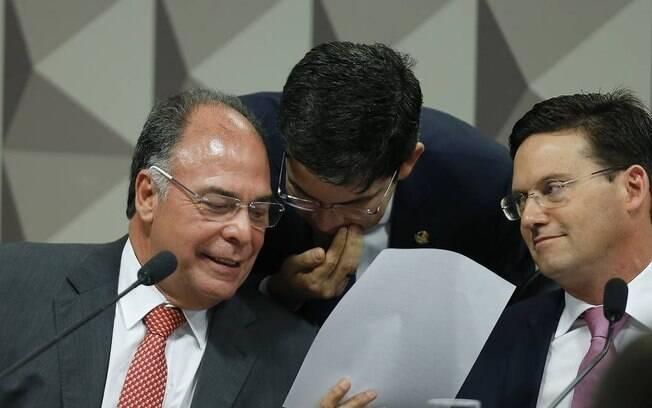Relator Fernando Bezerra Coelho, senador Randolfe Rodrigues e deputado João Roma conversam durante sessão da comissão que pode tirar o Coaf das mãos de Moro