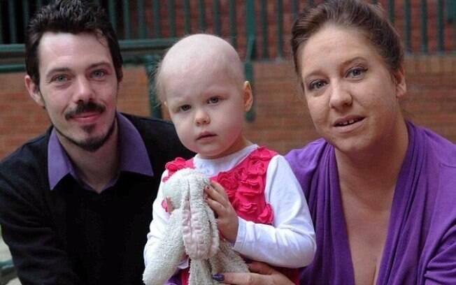 Pippa Woods em fase de quimioterapia, junto com seus pais, Paula e Philip.