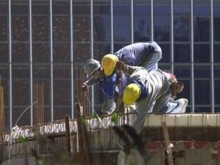 O número de empregados caiu de 39,4 para 37,8 pontos na construção civil, mostra CNI