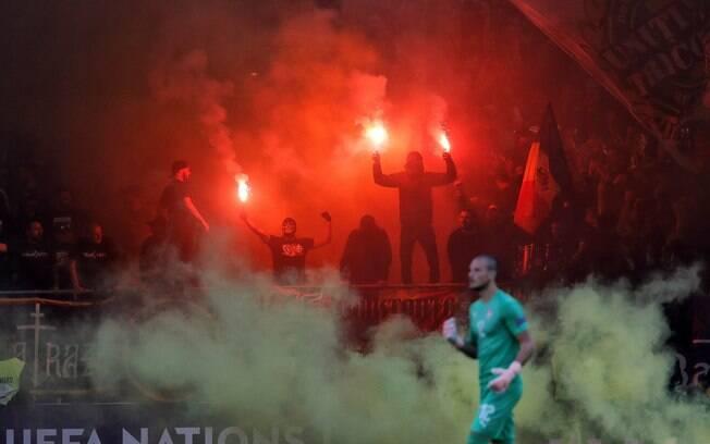 Romênia é denunciada pela Uefa por cantos racistas de torcedores
