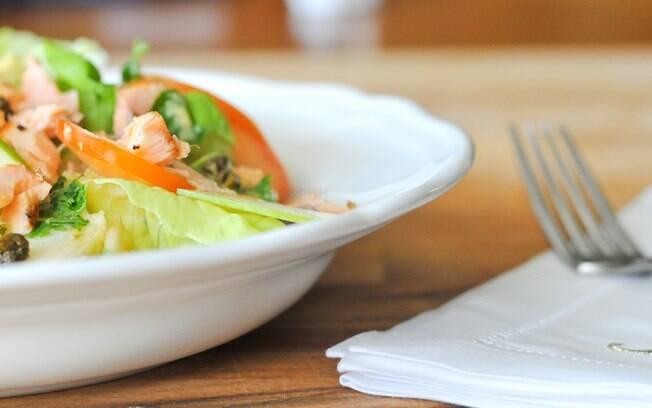 Salmão é uma ótima proteína para ser adicionada a saladas