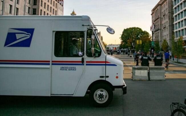 Um veículo dos Correios dos EUA passa pela Casa Branca, três dias após o dia das eleições