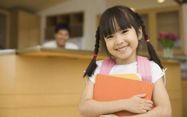 Especialistas recomendam que os pais deixem a criança participar do processo de preparação para a volta às aulas