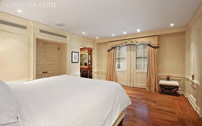 O banheiro da suíte principal costumava ser um quarto do pânico quando o casal residia no apartamento