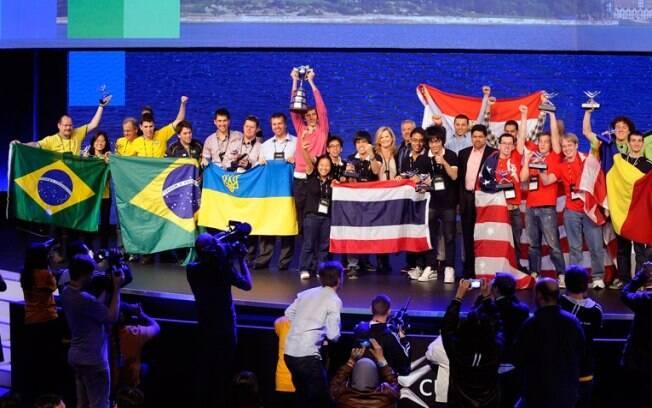 Equipe brasileira (à esquerda) comemora ao lado de outros vencedores da competição