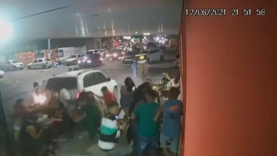 Carro invade bar e deixa feridos em Feira de Santana, Bahia