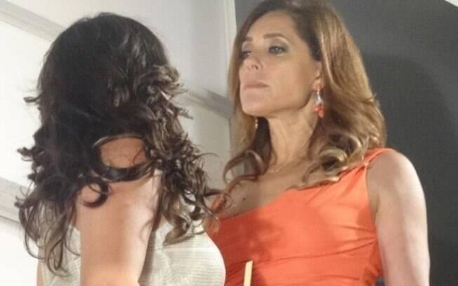Tereza Cristina tenta empurrar Patrícia do alto da escada, em