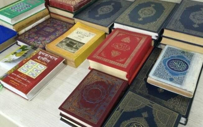 Cópias do Alcorão, livro sagrado dos muçulmanos, ficam disponíveis para número cada vez maior de fiéis na mesquita do Pari