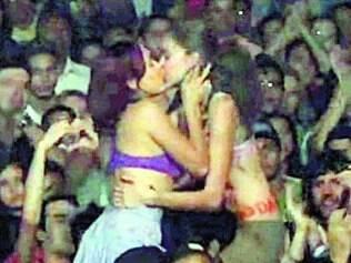 Polêmica. Joana e Yunka se beijam durante ato evangélico