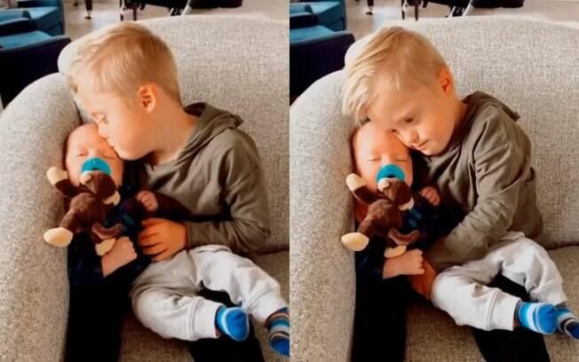 Welles Peterson, um menino de seis anos com síndrome de Down, não mediu esforços para acalmar o pequeno Alek