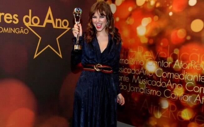 Paola Oliveira e seu troféu de melhor atriz