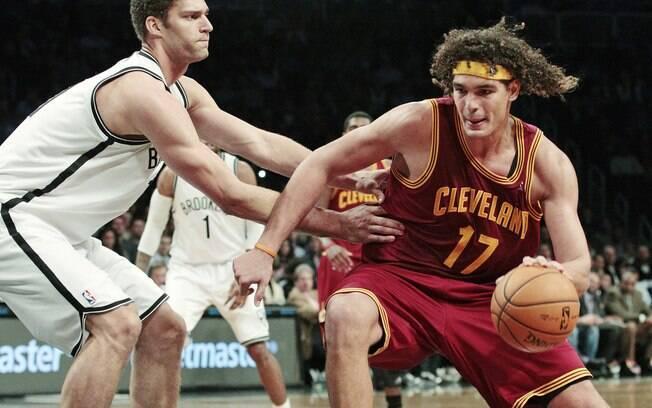 Varejão, do Cleveland Cavaliers, parte para  cima da marcação do Brooklyn Nets
