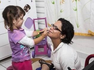 Tatiana faz questão de reservar tempo na rotina diária para brincar com a filha