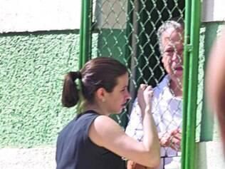 Com que roupa eu vou? Ex-ministro conversa com uma mulher que levou um paletó ao presídio