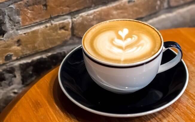 Com um café forte e a ajuda de um liquidificador ou batedor elétrico é possível preparar em casa um capuccino cremoso