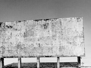 Abandono. Imagem de um drive-in em Cabo Frio (RJ) revela o silêncio registrado na obra de Carvalho