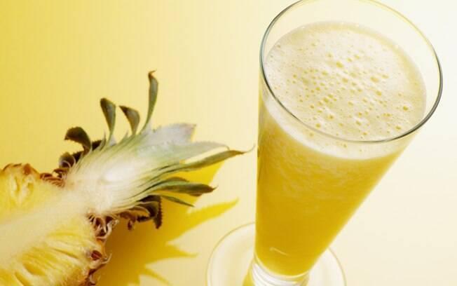 Suco de abacaxi, água de coco, limão e hortelã ajuda a hidratar de maneira saborosa