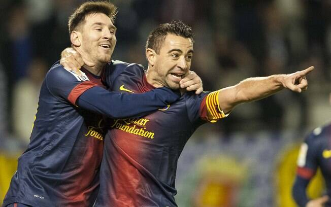 Xavi recebe o abraço de Messi após abrir o  placar para o Barcelona