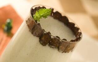 Batida light de mamão, iogurte e hortelã